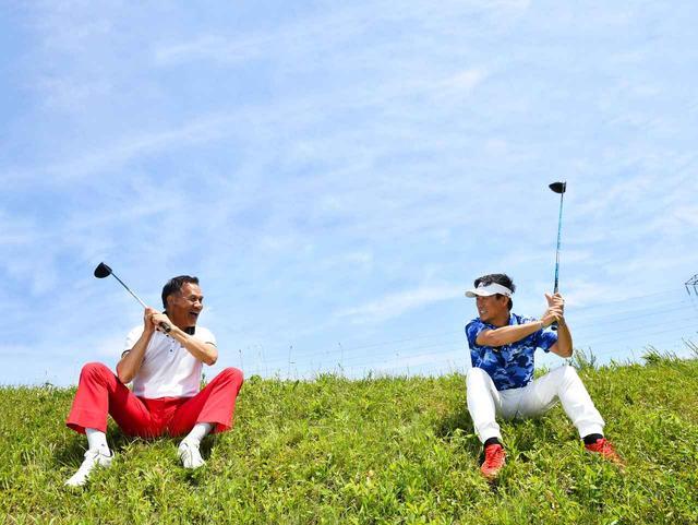 画像: 飛ばしと聞いたら黙っちゃいられない、青山薫プロ(左)。56年生まれ。茨城県出身。日体大でバレーボールからゴルフに転向したという異色のプロ。現在はシニアツアーに参戦しながら、レッスン指南役として本誌にたびたび登場。09年、レッスン・オブ・ザ・イヤー受賞。