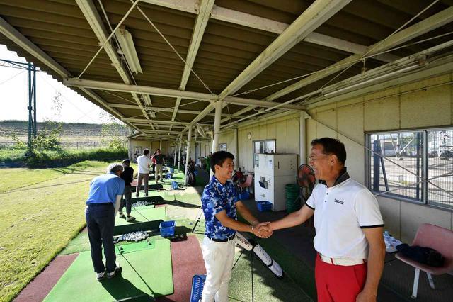 画像: ごく普通の体格で404ヤード、今泉健太郎プロ(左)。81年生まれ。大阪府出身。筋トレを一切やらずに記録を出すドラコンプロ。セオリーとは真逆のユニークな飛ばしのコツを教わりに、遠く関東からも生徒が訪れる。大阪で今泉ゴルフスクールを開催中。
