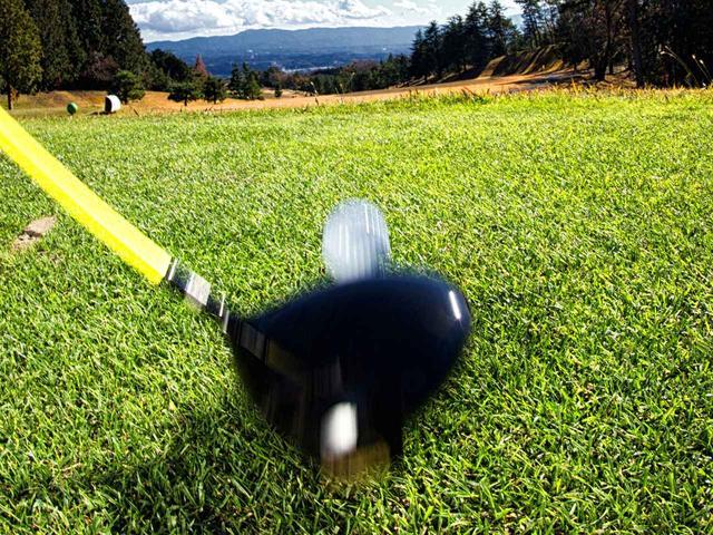 画像: 今の「つかまえる」とは、飛球線に対して直角にボールに当てること