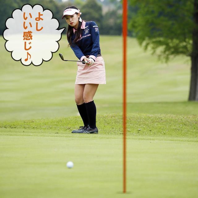 画像1: 【ルール】チップインか!? 旗竿に寄りかかっていたボールが……