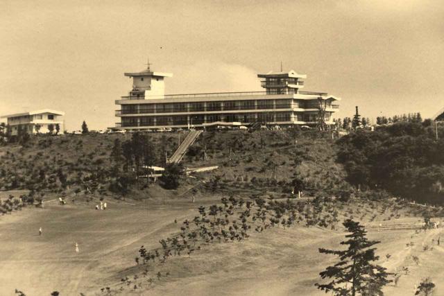 画像: 昭和43年(1968年)開場当時の鎌倉カントリークラブ。地質が岩盤だったため工事は難航した