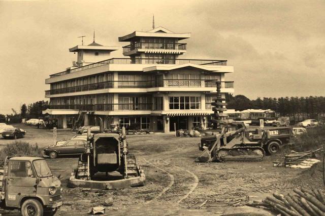 画像: 現在も使用する天守閣のあるクラブハウス。3階部分はかつて宿泊施設として使用されていた
