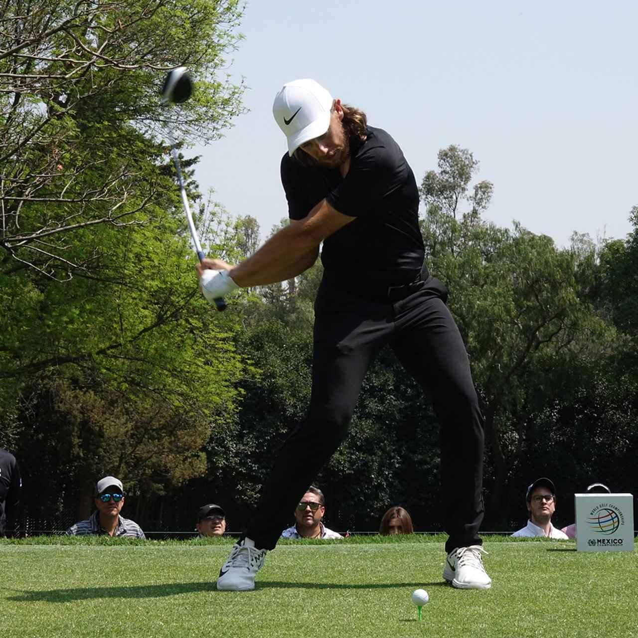 画像: 右ひじを絞り、肩を縦に動かす準備