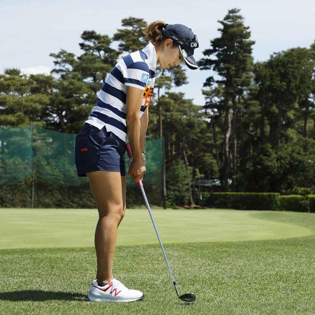 画像1: 【アプローチ】ボールの近くに立てば、ヘッドは同じところを通ります。上田桃子のタテ振りチップ!