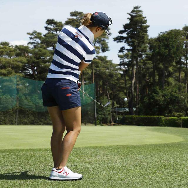 画像5: 【アプローチ】ボールの近くに立てば、ヘッドは同じところを通ります。上田桃子のタテ振りチップ!
