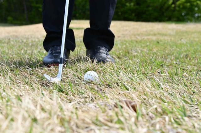 画像: 逆目のアプローチは、ボールをクリーンに打とうとすると失敗しやすいという。「ヘッドをボール3個手前から入れて、横から払うように打つと上手く打てますよ」