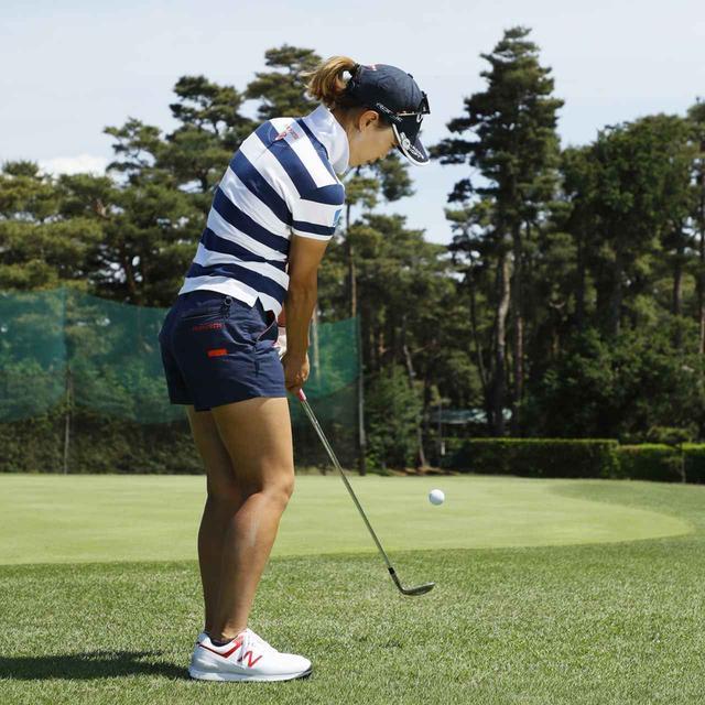 画像4: 【アプローチ】ボールの近くに立てば、ヘッドは同じところを通ります。上田桃子のタテ振りチップ!
