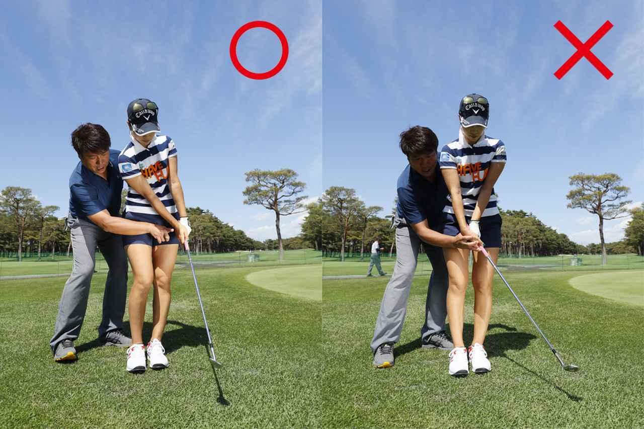 画像: 右手首の角度キープ(写真左)、角度がほどけるとミスになりやすい(写真右)