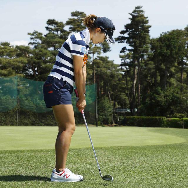 画像3: 【アプローチ】ボールの近くに立てば、ヘッドは同じところを通ります。上田桃子のタテ振りチップ!