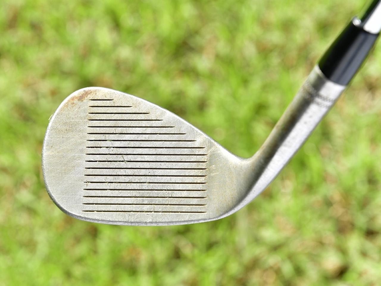 画像: 芝との抵抗を抑えるフラットソール形状。ロフトを寝かせたことでバウンス効果もアップ