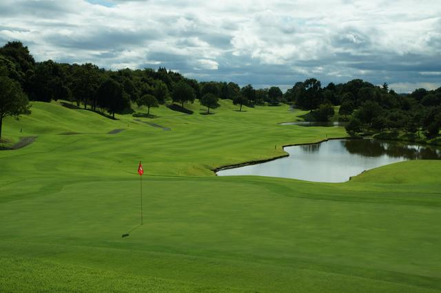 画像: グランドオークプレイヤーズコース(2番・パー5)。フラットなホールだが、グリーン手前まで広がる池には要注意