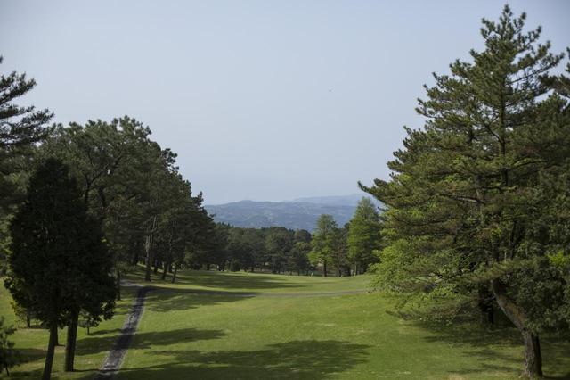 画像: 3番(563Y)パー5。眺めが美しく、狙いは遠くに見える桜島の頂上
