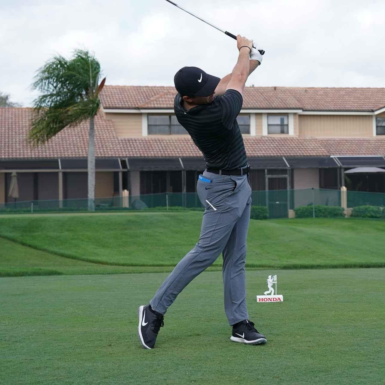 画像6: 【ローリー・マキロイ】現代版ドローヒッターの基準! 右足に体重を残し、右足の上で体を回して球をとらえる!