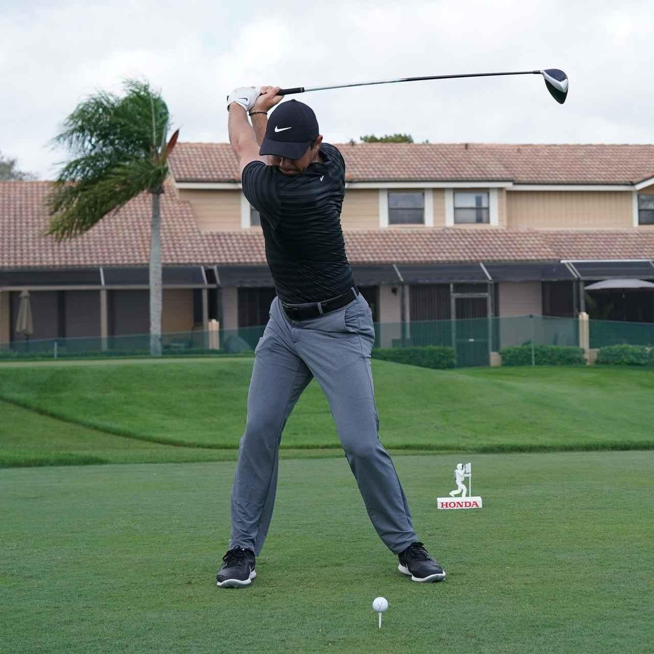画像3: 【ローリー・マキロイ】現代版ドローヒッターの基準! 右足に体重を残し、右足の上で体を回して球をとらえる!