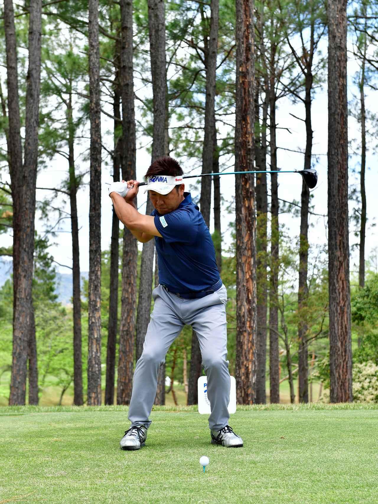 画像: 右腰を回転させてダウンスウィング
