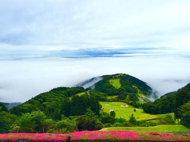 画像: クラブハウス前からの絶景。天気によっては雲海が広がる神秘的な光景が広がることも
