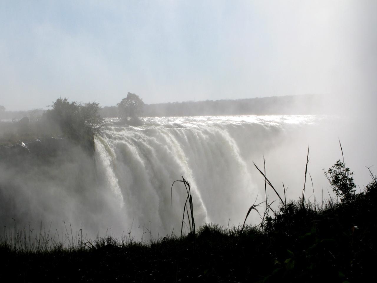 画像: 名コースの前に、世界3大瀑布ビクトリアフォールズを観賞して、優雅なサンセットクルーズ