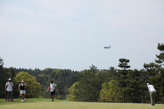 画像: 空港から近いので、飛行機もすぐ近くを飛ぶ