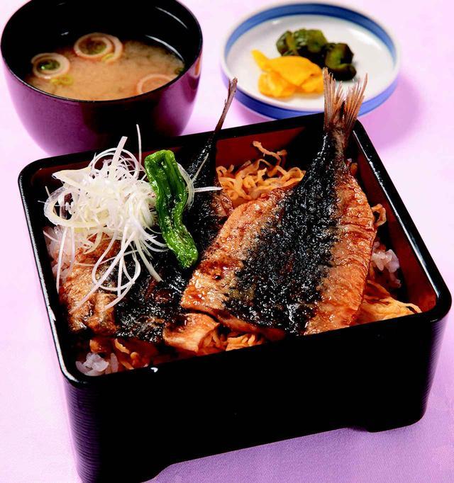 画像: イワシの蒲焼き重・・・1000円 ご飯に錦糸卵を敷き、甘辛のタレが絡んだイワシをのせた。シニア層を意識した一品