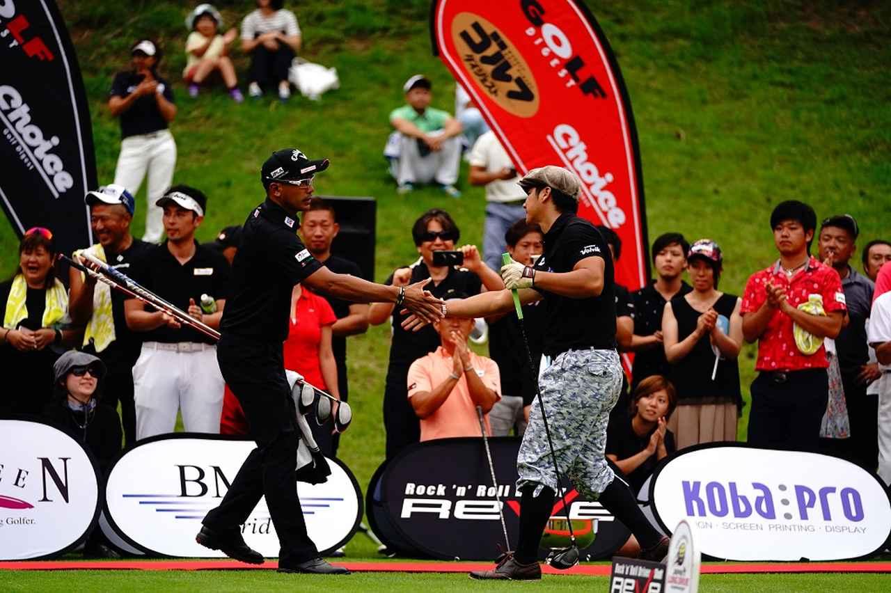 画像: 「試合前の挨拶」日本一6年連続7回を誇る南出選手(左)とBest4にて対戦する三隅選手(右)
