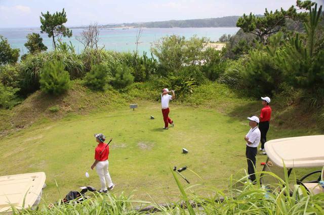 画像: コバルトブルーの大浦湾を望むアカデミー専用コース。アカデミーの生徒はいつでも無料