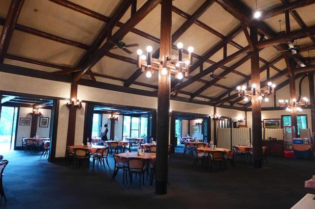 画像: レストランもしっとり落ちつた山小屋の雰囲気。食事はどれも美味しい