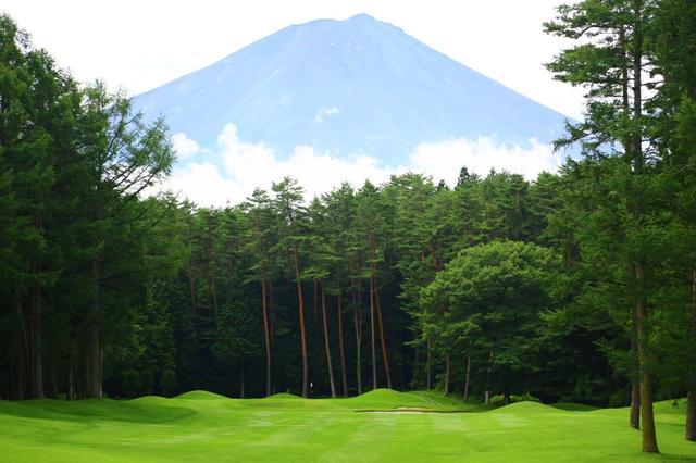 画像: 南コース1番303ヤード、パー4.富士山に向かってビッグドライブ