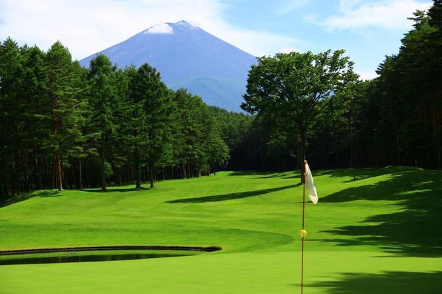 画像: 南コース9番パー4。河口湖CCの富士山ビューポイント