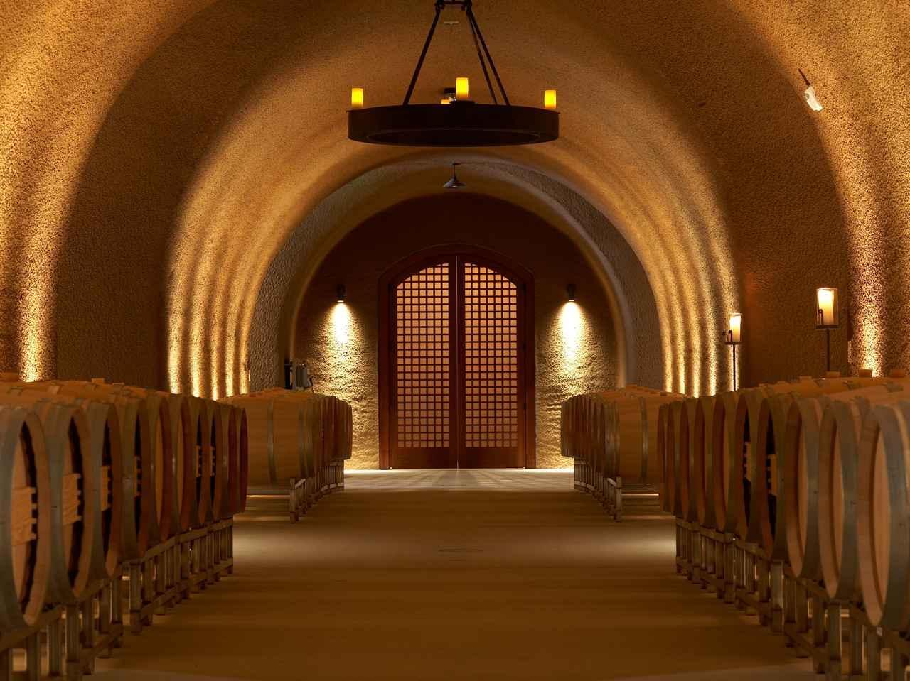 画像: ひんやりと肌を伝ってくる冷気が心地良い自然の冷気でワインの熟成を見守るケイブ