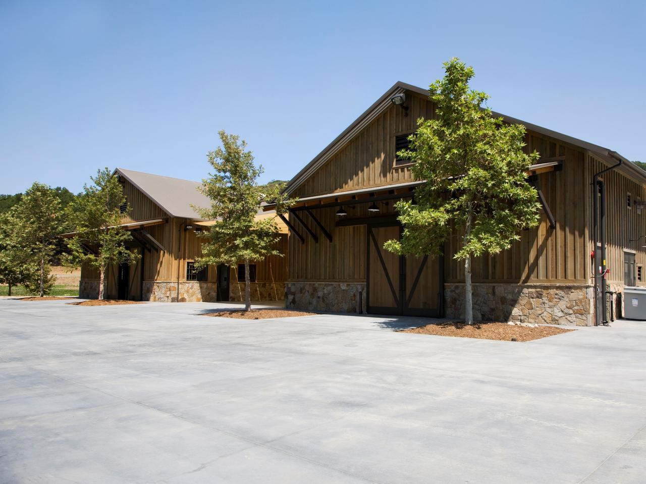 画像: 木材や石を活用して造られた醸造所
