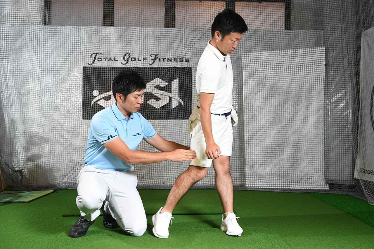画像: ポイント②右ひざを左ひざに寄せるイメージ