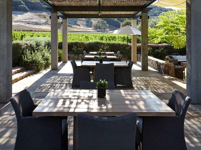 画像: 広大なワイン畑を眺められるテイスティングルーム
