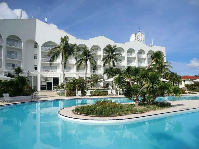 画像: 白を基調としたホテルにはプールをはじめ、サウナやレクリエーションルームも