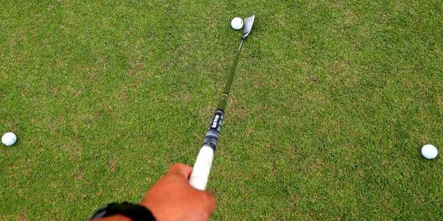 画像: 練習はきつめの半円。グリップの左右にひとつずつボールを置き、本当のボールを頂点とした半円をなぞるように振る