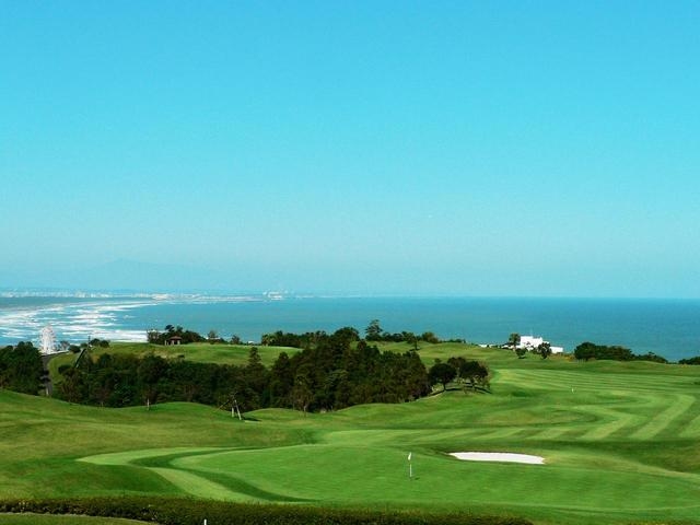 画像: 日向灘を一望。戦略性が高く、毎ホール違ったレイアウトで楽しめる