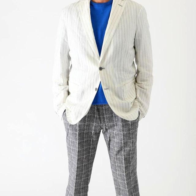 画像: 白ストライプシャツジャケットとエアードッツ撥水パンツのコーディネート。パンツはビジネスシーンでも◎