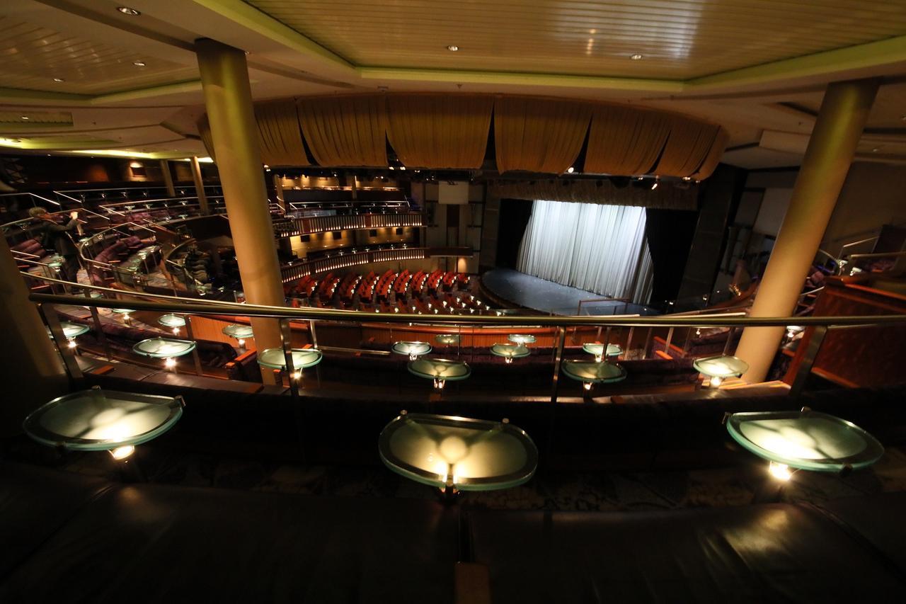 画像: 約1000名収容できるシアターでは、毎日オリジナルのショーを上演している