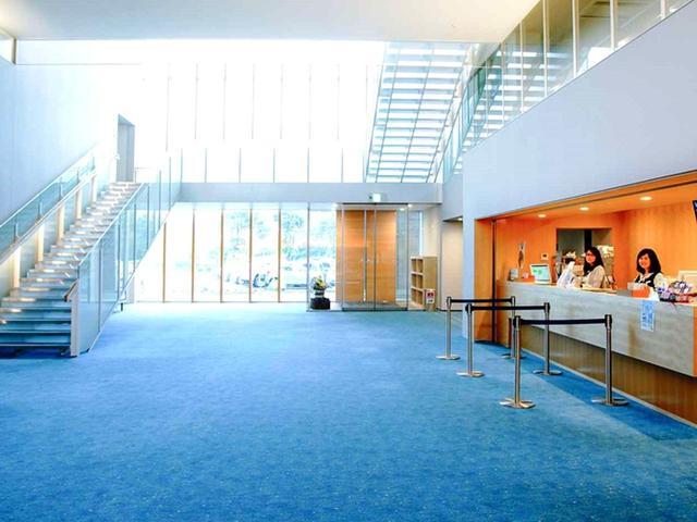 画像: 川をイメージした青い絨毯のフロント