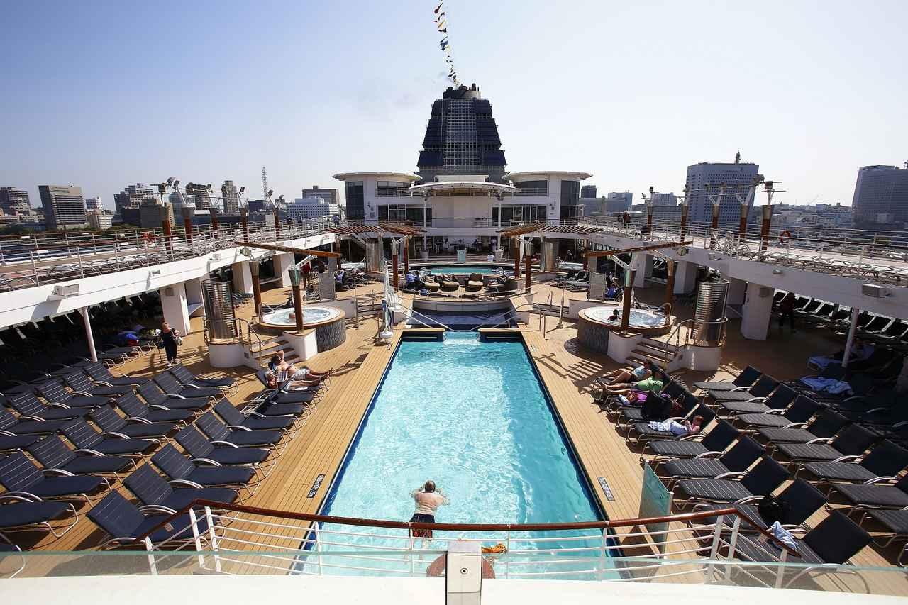 画像: 開放感あふれる船上のプールサイドで、のんびり過ごすのもクルーズの楽しさ。