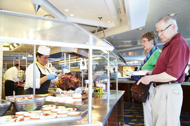 画像: よりカジュアルな24時間営業のビュッフェ形式レストランでは、世界各国の料理を提供している。