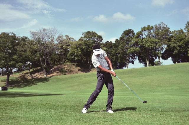 画像1: 【夏ゴルフ】ラフからのフェアウェイウッドはバンカーショットの要領で打つ!