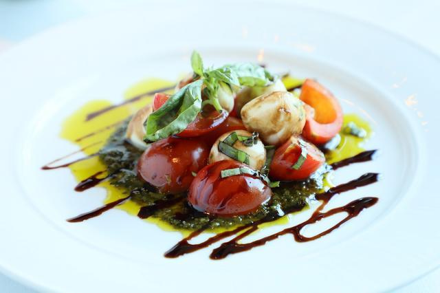 画像: 「ブルー」では厳選された素材と調理法を工夫した食事が楽しめる