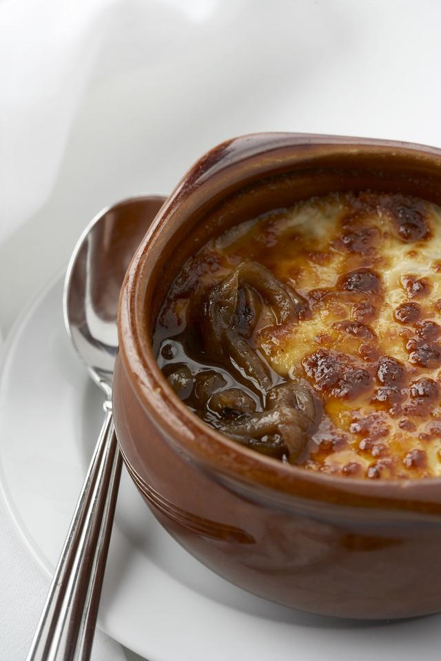 画像: メインダイニングでいただけるセレブリティ・ミレニアム名物「フレンチオニオンスープ」。
