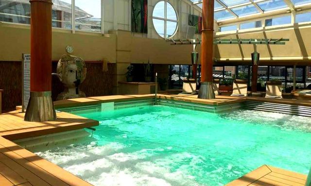 画像: 船に戻ったら水着に着替え、室内プール「ソラリウム」へ、疲労回復に効果あり!