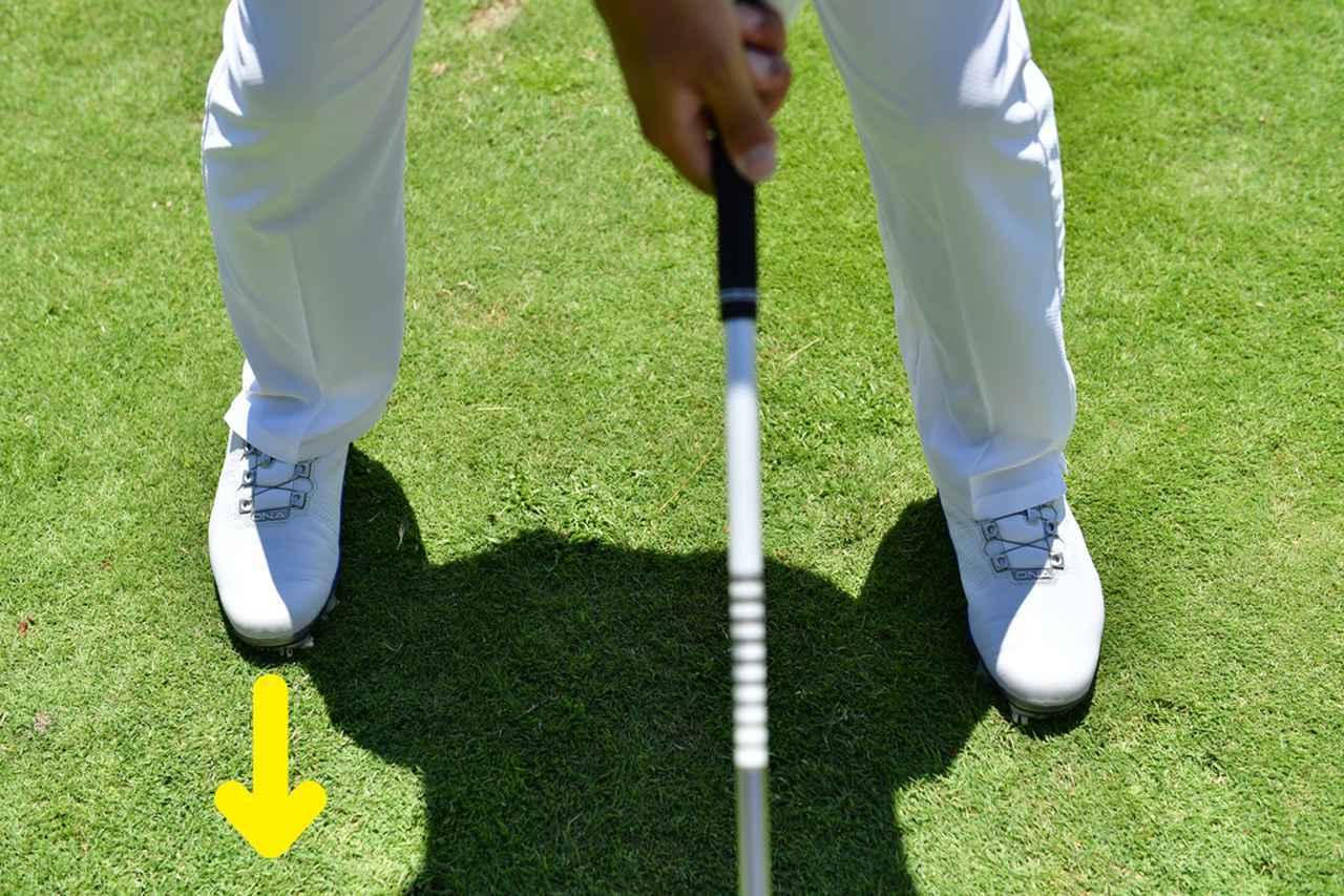 画像: 靴のなかでも右つま先が正面を向き続けるようにバックスウィング。最初はこれぐらい極端にしてもOKだ