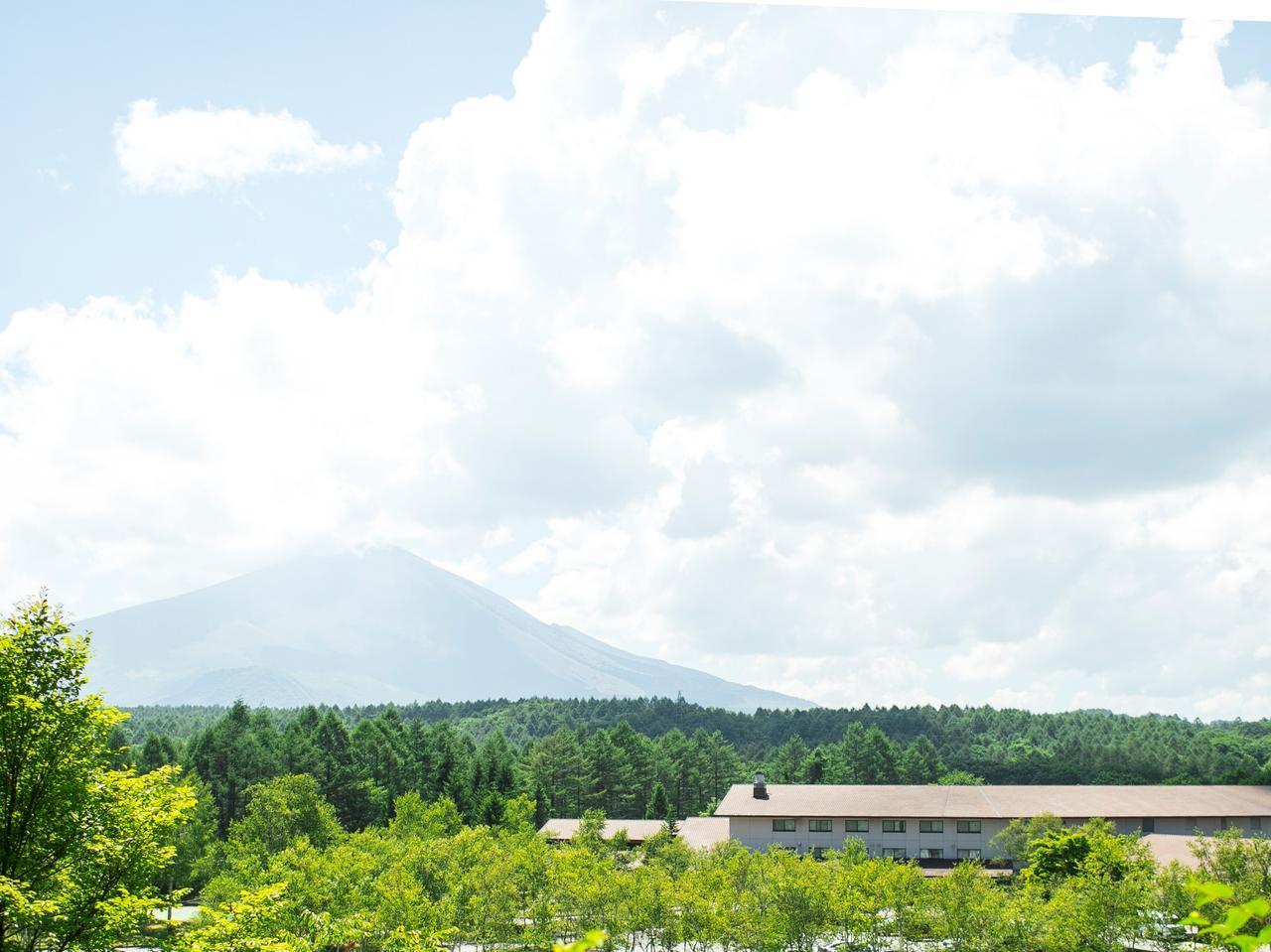画像: 浅間山の麓、深い緑に囲まれたまさに高原リゾートの趣き