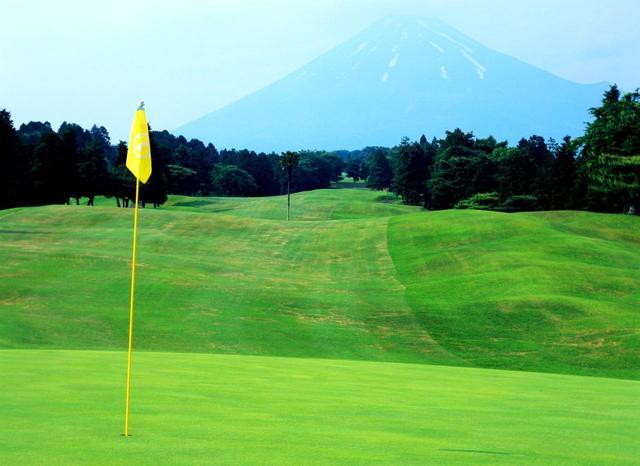 画像: 2番ホール、461ヤード、パー4  雄大な富士を背にした打ち下ろしのホール