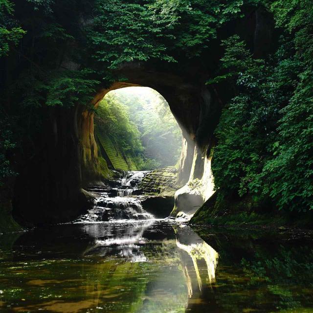 画像: 江戸時代に水田を作るために掘られた洞窟。朝日が差し込む時間がおすすめ。9月の限られた日には水面に反射しハート形になるそう