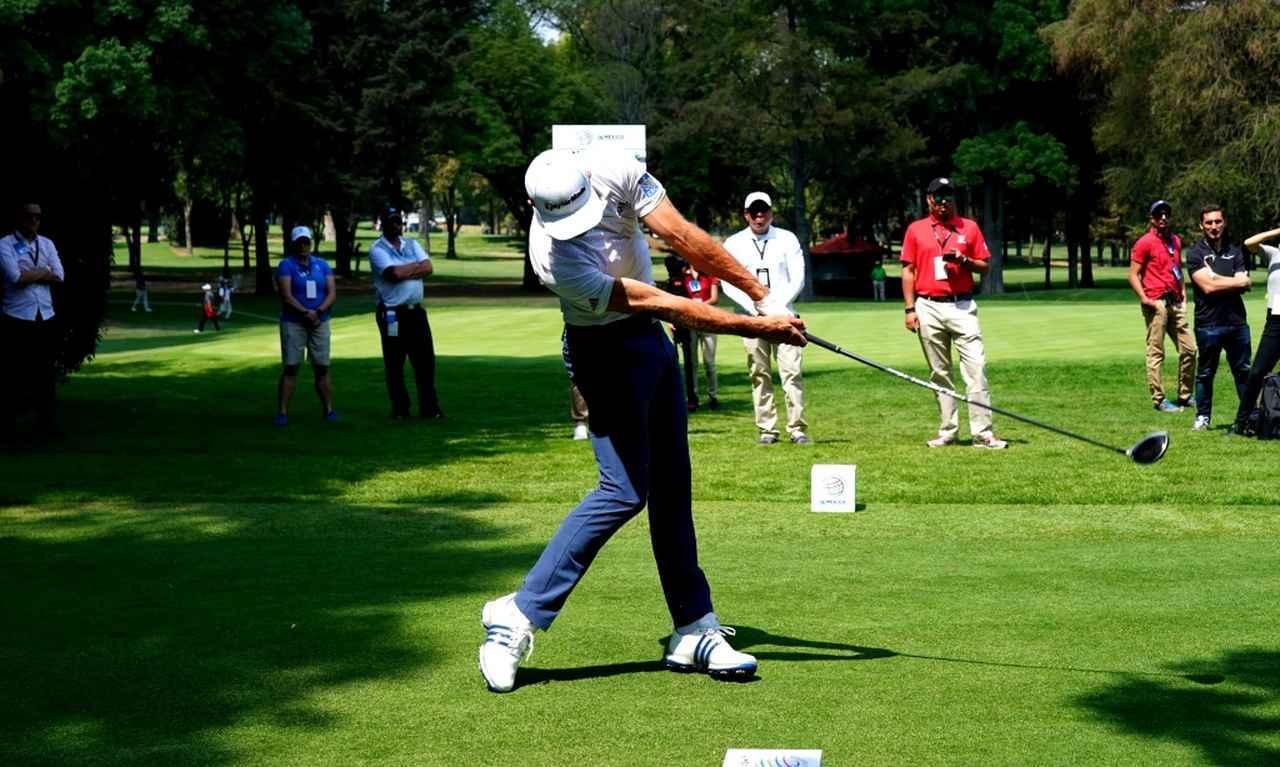 画像: リストターンは少なく、右手でボールを押し出すように打つ。体の回転は止まらない