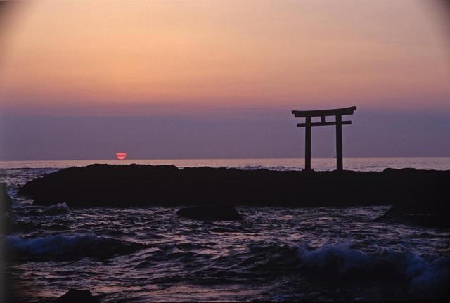 画像: 日の出スポットとして、パワースポットとして有名な大洗磯前神社の「神磯の鳥居」